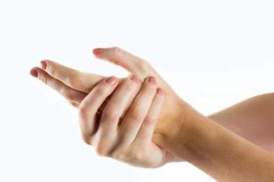 Несложные способы избавиться от трещин на коже рук