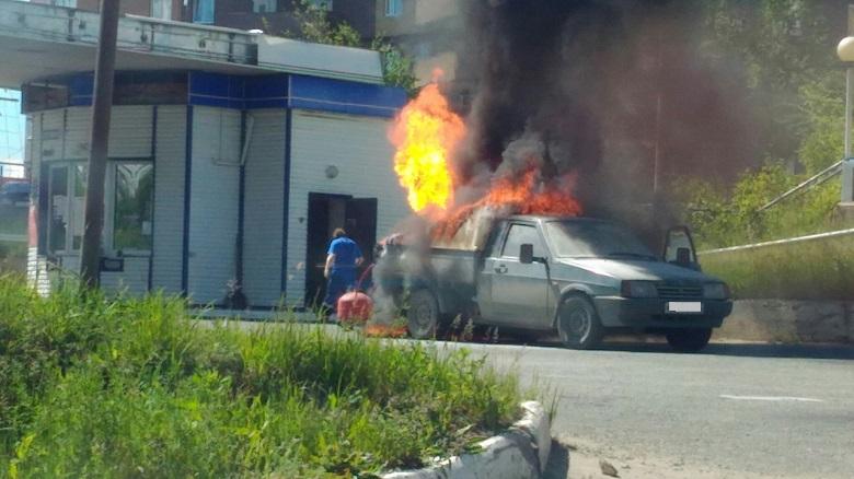 В Тольятти водитель сел в горящий автомобиль, чтобы отогнать его с заправки