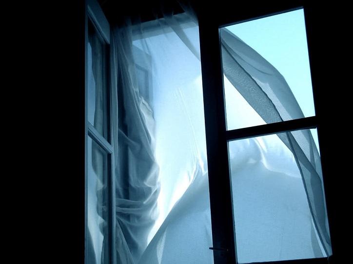 Из окна общежития на Революционной выпали два человека