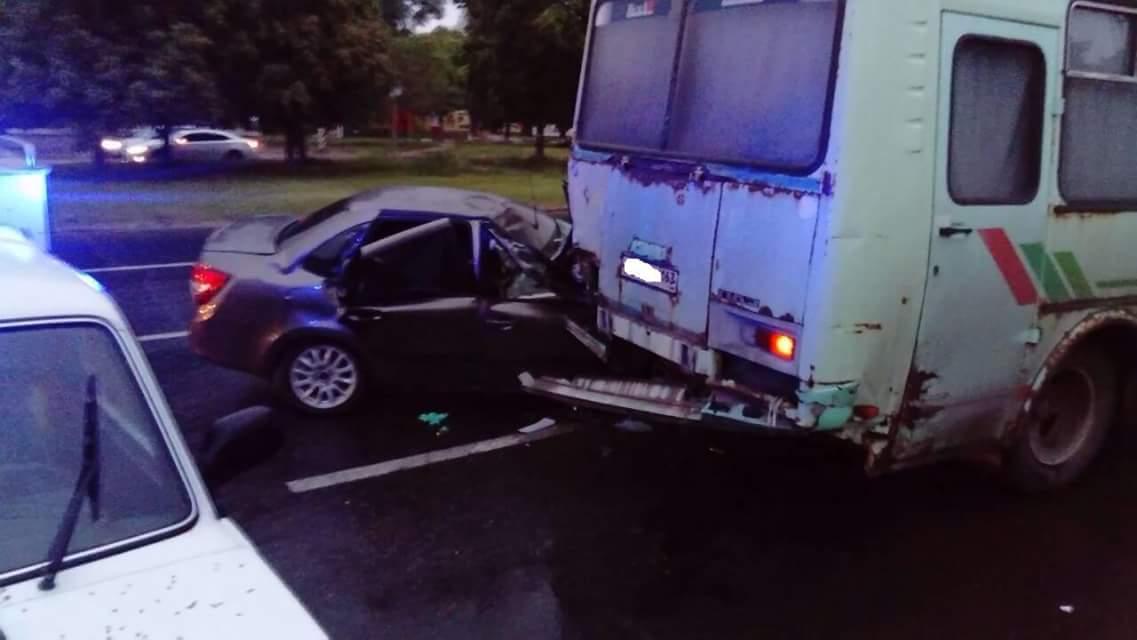 В Тольятти груженая людьми «Гранта» на скорости врезалась в припаркованный автобус