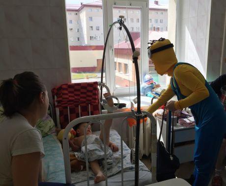 Детей в Сургутской травматологии посетили мультгерои
