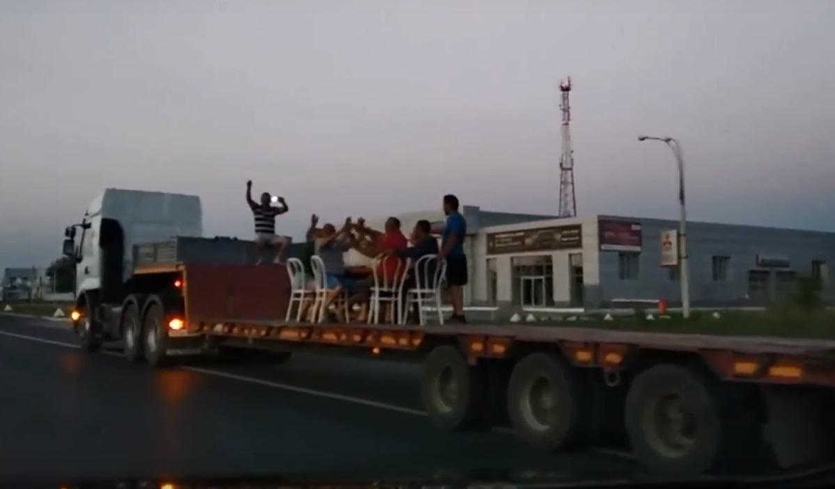 Движуха по-тольяттински: По улицам города разъезжал тягач с веселой вечеринкой в прицепе