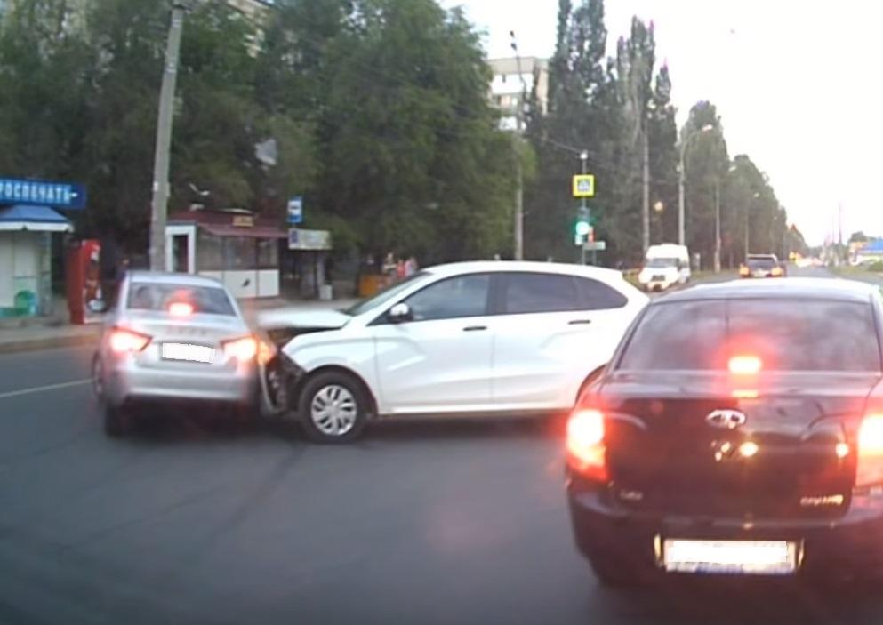 На видео попало жесткое столкновение новинок АВТОВАЗа на улице Мира