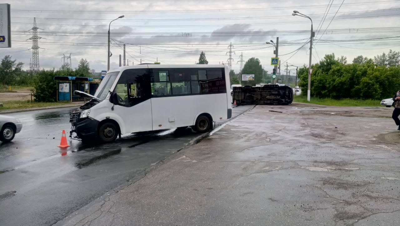 Семь человек пострадали в аварии двух маршруток в Тольятти