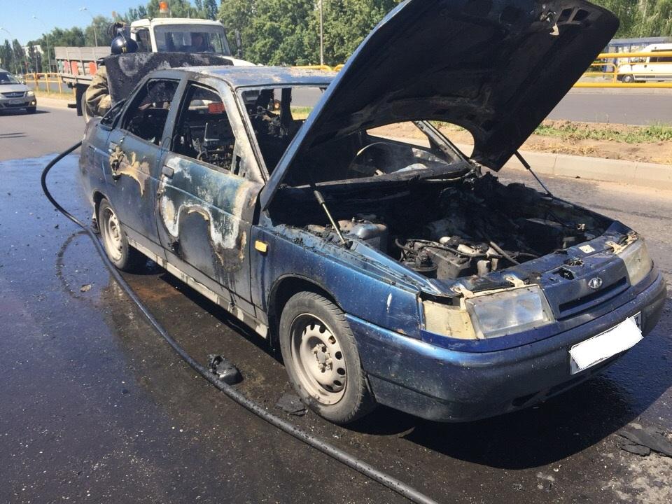 Вспыхнул от замыкания: На улице Свердлова автомобиль загорелся в движении
