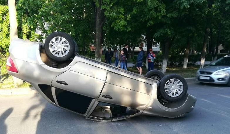 В Тольятти во дворе дома перевернулась «Гранта»