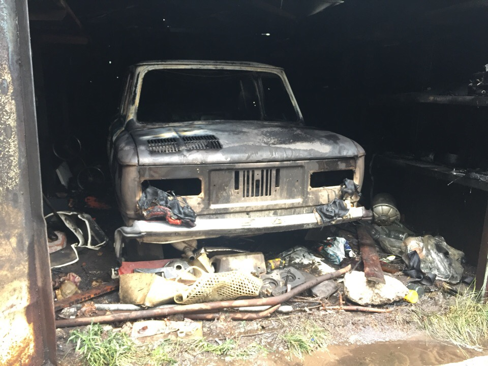В Тольятти во дворе дома полностью выгорел гараж с «Запорожцем» внутри