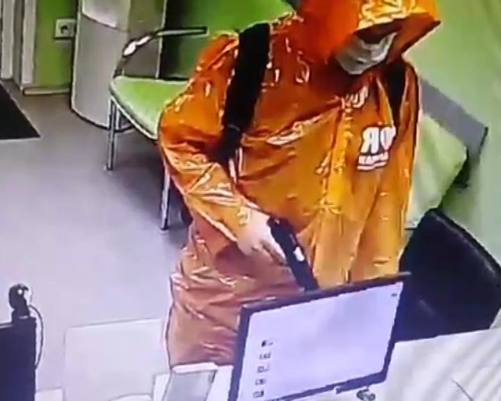 В Тольятти в розыск объявлен грабитель в дождевике и с пистолетом