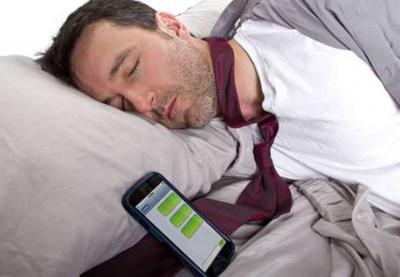 Почему спать рядом со смартфоном вредно для здоровья