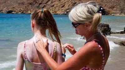 Медики рассказали, как действует на кожу солнцезащитный крем