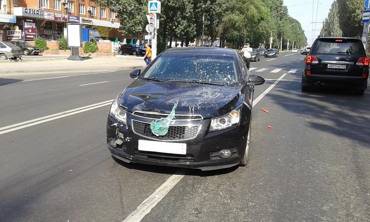 Пенсионер получил переломы, попав под машину на улице Дзержинского