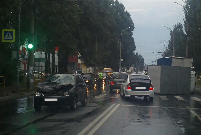 В Тольятти на мокрой дороге «Газель» столкнулась с «Калиной» и перевернулась