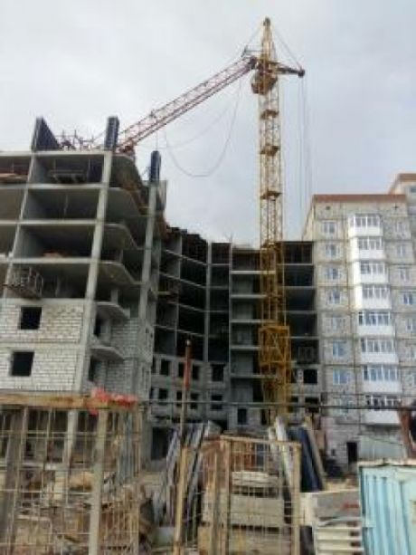 Вчера в Нефтеюганске на стройке упала стела башенного крана. Один рабочий погиб