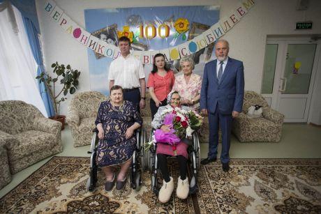 Глава города поздравил сургутянку со столетним юбилеем