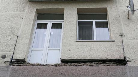 В Энгельсе мужчина, показывая сотрудникам УК аварийный балкон, упал вместе с ним на землю