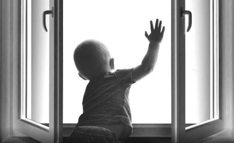 В Сургуте из окна снова выпал ребенок