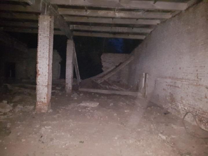 В Самарской области на подростков обрушился потолок в заброшенных гаражах