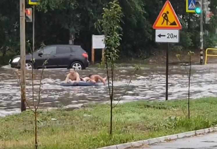 Тольяттинцы, проплывшие по улицам на матрасе, покорили интернет