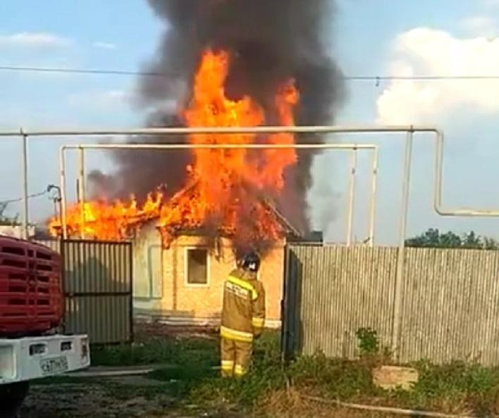 Придется жить в машине: Под Тольятти выгорел частный дом