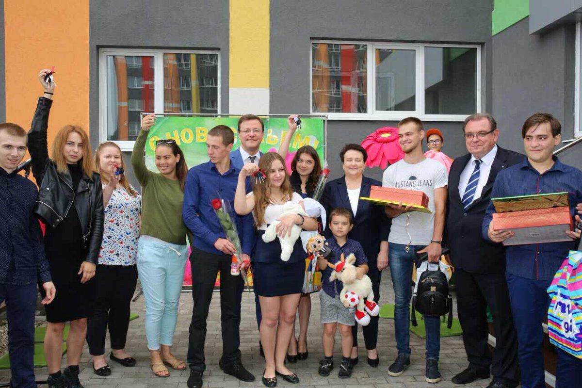 Дмитрий Азаров в Тольятти вручил детям-сиротам ключи от новых квартир