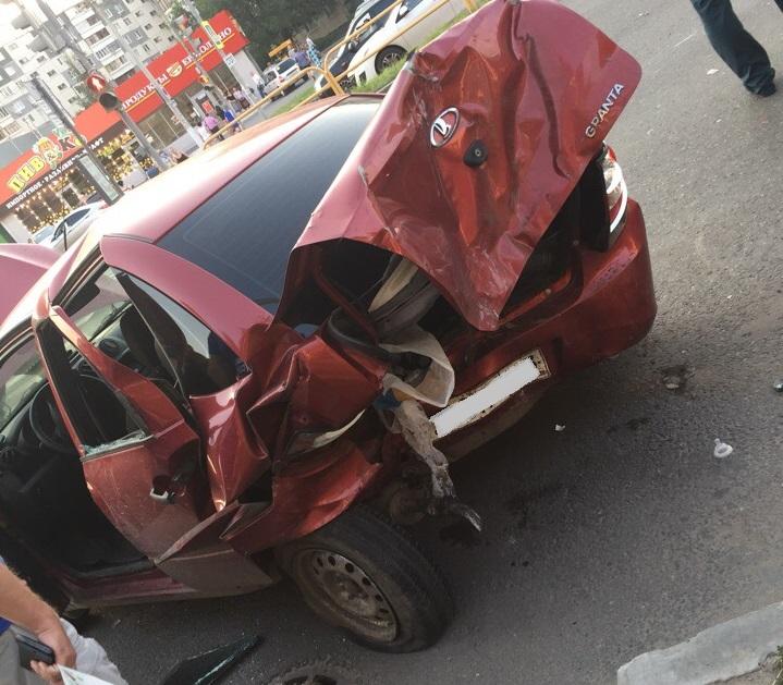 Просил прощения на коленях: В Тольятти в аварии двух «Грант» пострадали трое