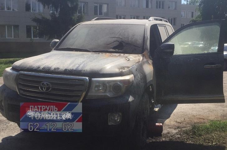 В Тольятти средь бела дня сгорел Toyota Land Cruiser. Ведется розыск поджигателей