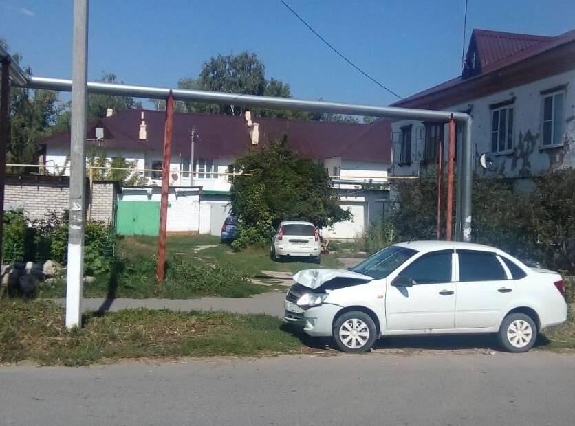 Под Тольятти женщина на «Гранте» врезалась в опору ЛЭП и получила травмы
