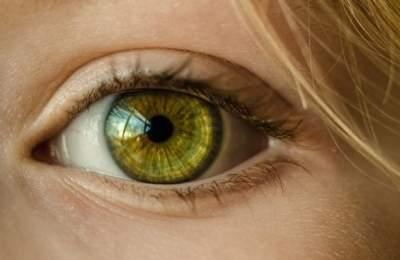 Ученые объяснили опасность синего света для зрения