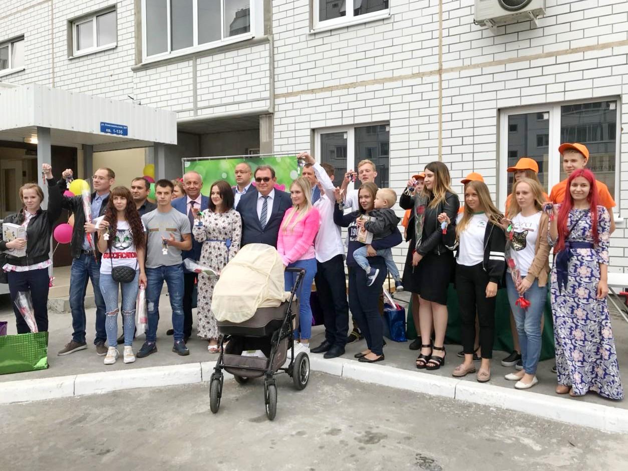В Тольятти детям-сиротам вручили ключи от квартир