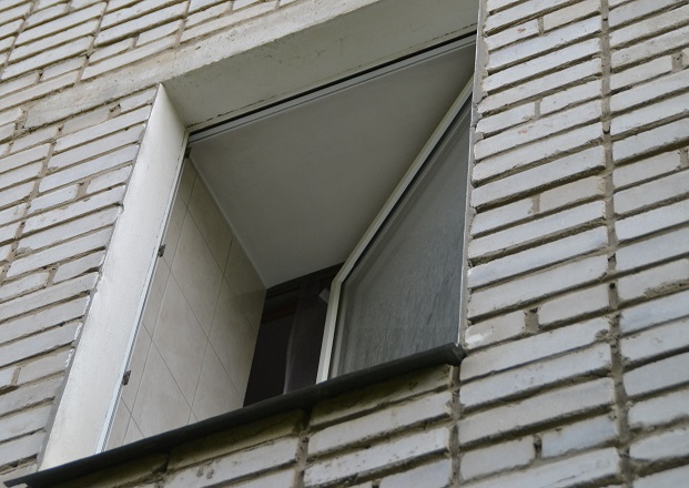 В Тольятти женщина упала с многоэтажки