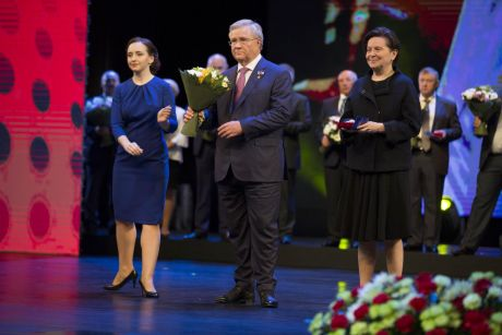 Нефтяники и газовики Югры получили награды к профессиональному празднику