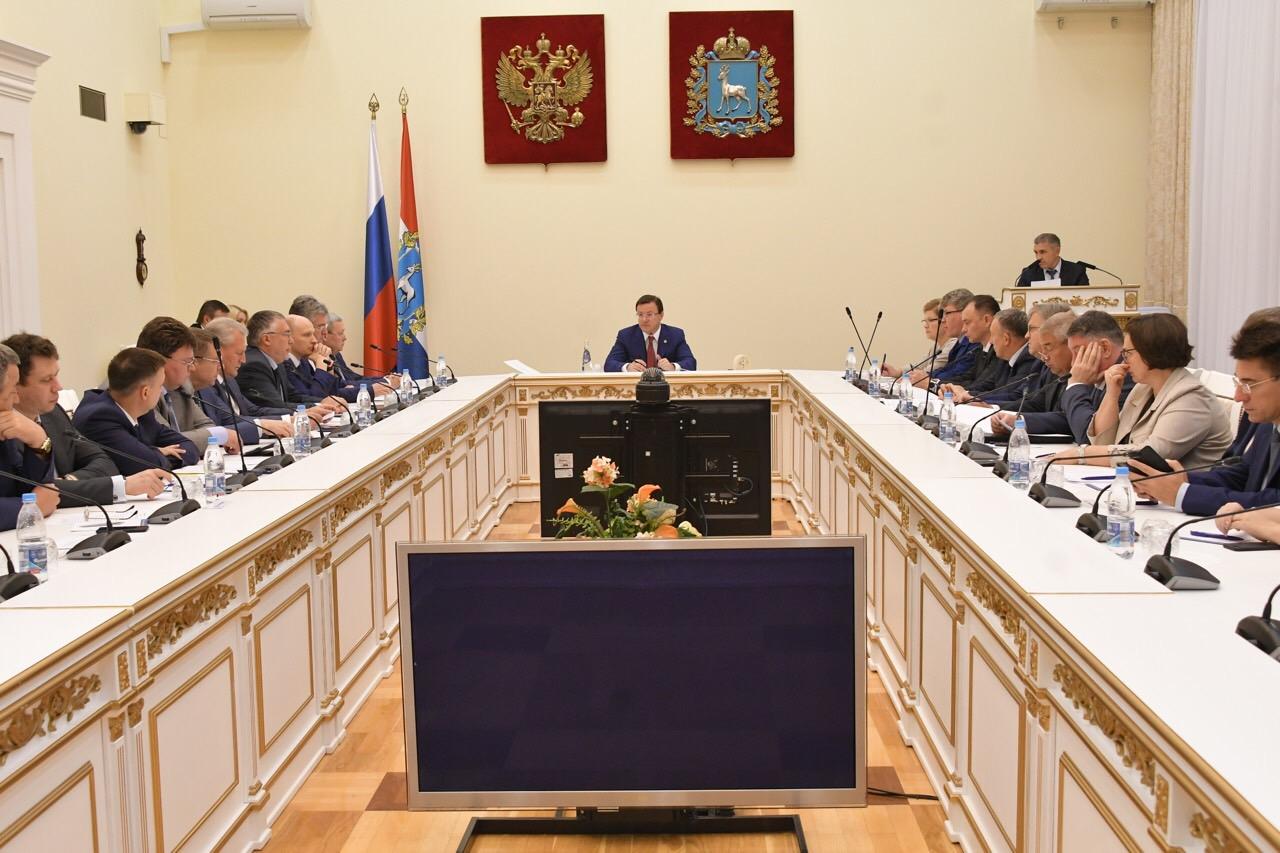 Дмитрий Азаров призвал приходить за деньгами в правительство