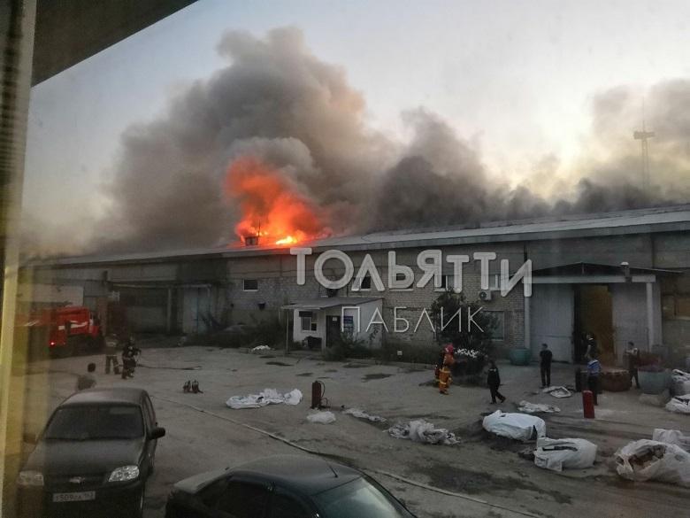 В Тольятти три часа тушили крупный пожар в ангаре