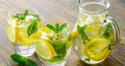 Врачи рассказали, действительно ли вода с лимоном полезна для здоровья