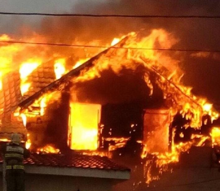 В селе под Тольятти 16 пожарных тушили частный дом