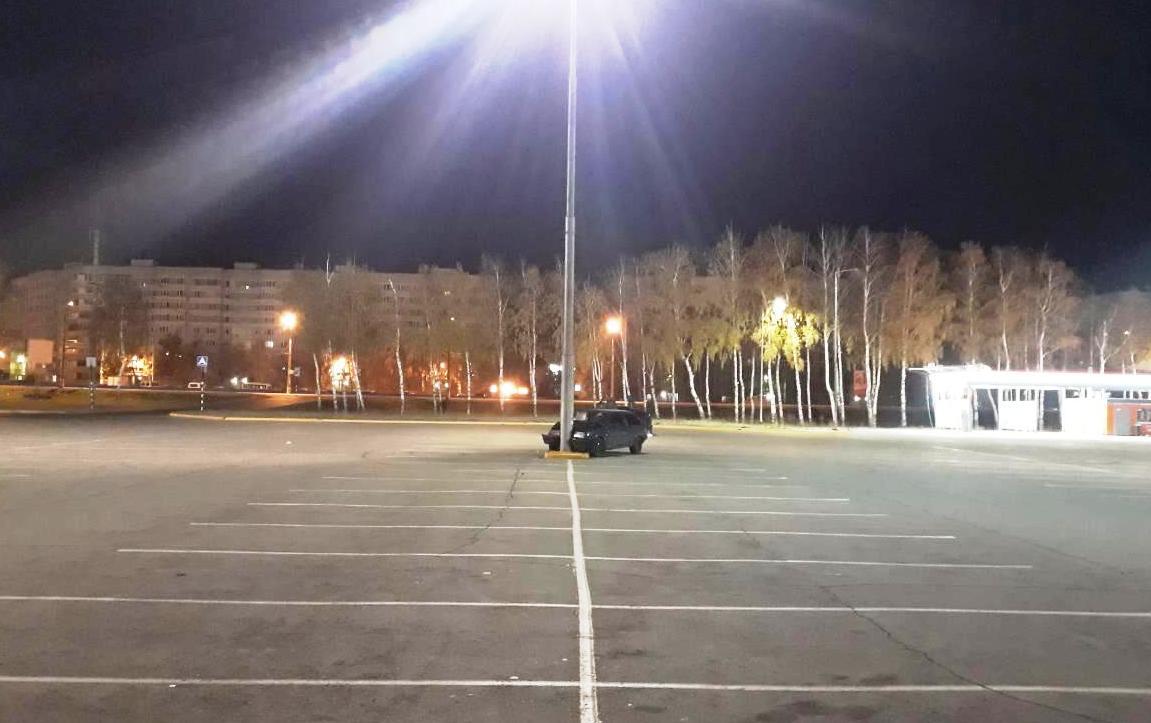 В Тольятти 16-летний водитель и его 17-летняя пассажирка врезались в столб у ТЦ