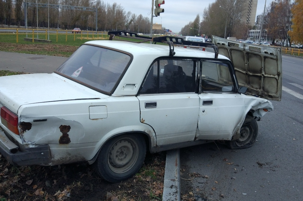 Вылетел на газон и чуть не сбил женщину: На перекрестке у «Волгаря» столкнулись машины