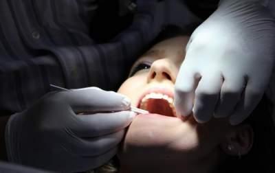 Стоматолог рассказал, почему портятся зубы