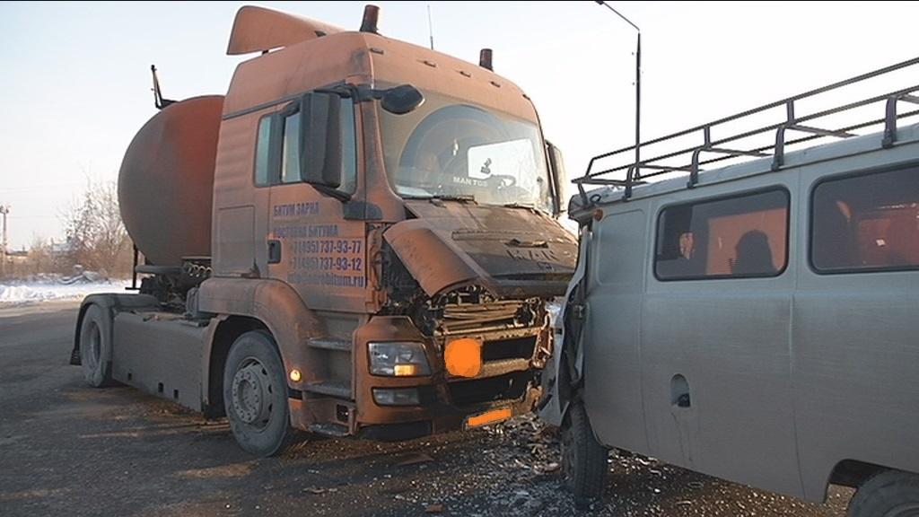 МАN ударил в голову: В Тольятти УАЗ попал под тягач