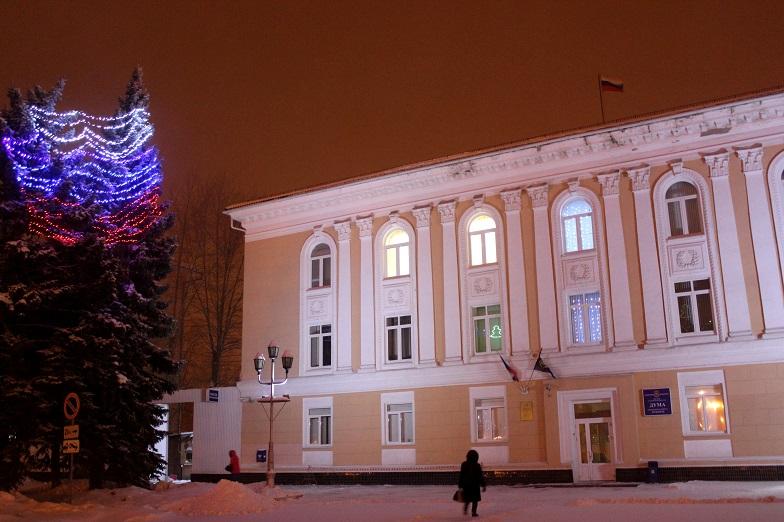 Ели возле Думы Тольятти украшены благодаря помощи ГК «Полад»