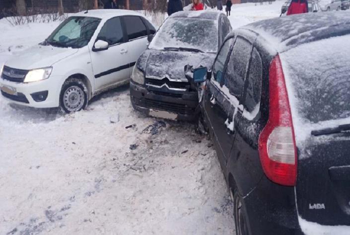 Пострадали дети: В Тольятти женщина на «Ситроене» врезалась в два автомобиля во дворе